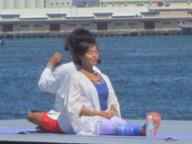 ヨガマットの上で瞑想する田中律子